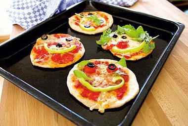 kinder kochen pizza mit clown gesicht essen trinken gusto at. Black Bedroom Furniture Sets. Home Design Ideas