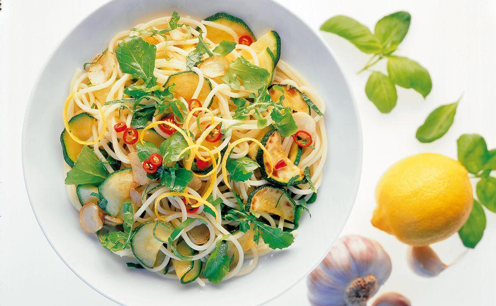 zucchini pasta mit kr utern rezept gusto at. Black Bedroom Furniture Sets. Home Design Ideas